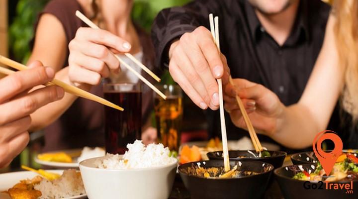 dùng đũa chuyền thức ăn