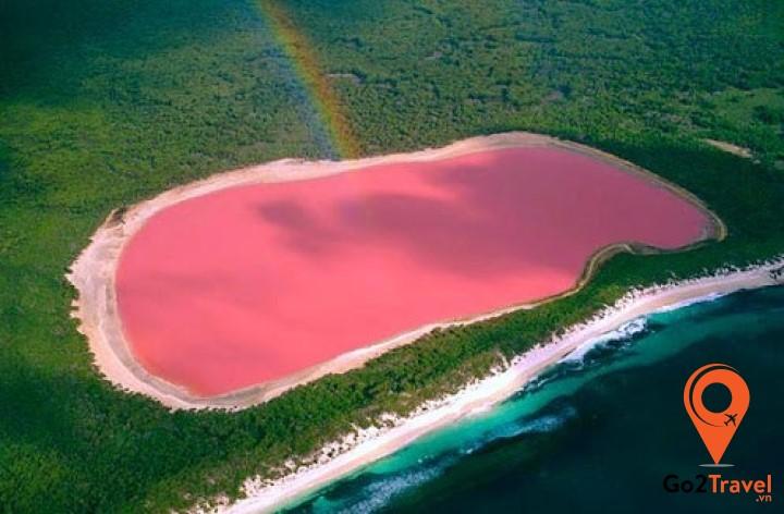 hồ nước màu hồng