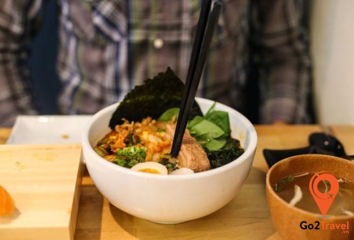Tránh dùng đầu đũa cắm xuyên qua miếng thức ăn