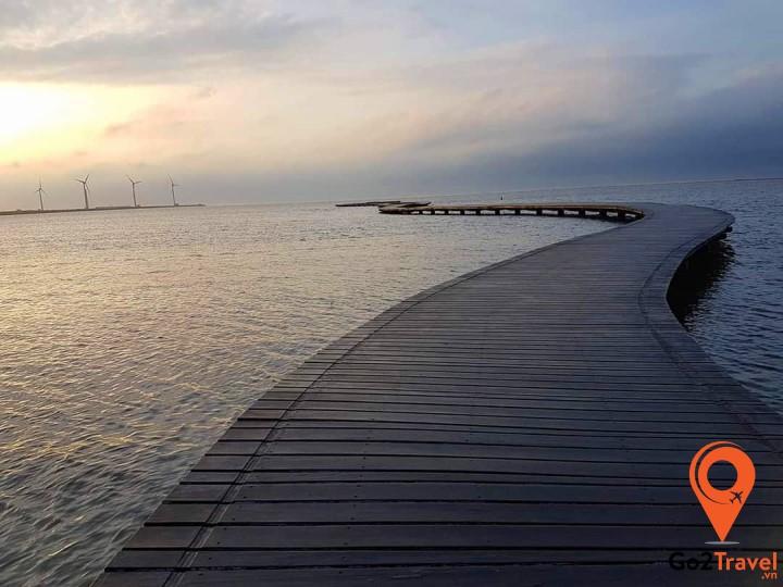 Khi nước lên có thể đi dạo trên cây cầu gỗ dài 800m