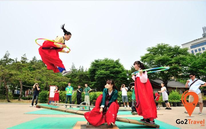 Neolttwigi tương tự bập bênh, nhưng người chơi đứng trên hai đầu bập bênh và nhảy để làm cho người đối diện bay lên cao