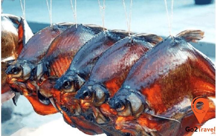 Cá ướp có thể ăn luôn với cơm hay xôi nếp, hoặc được dùng để nấu canh cá với các loại rau củ muối truyền thống.