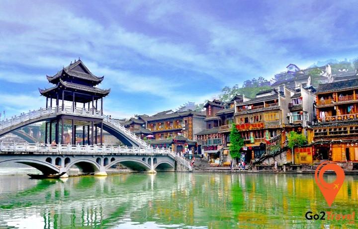 Nhìn tổng thể, cầu Hồng Kiều trông như một căn nhà lầu dài.
