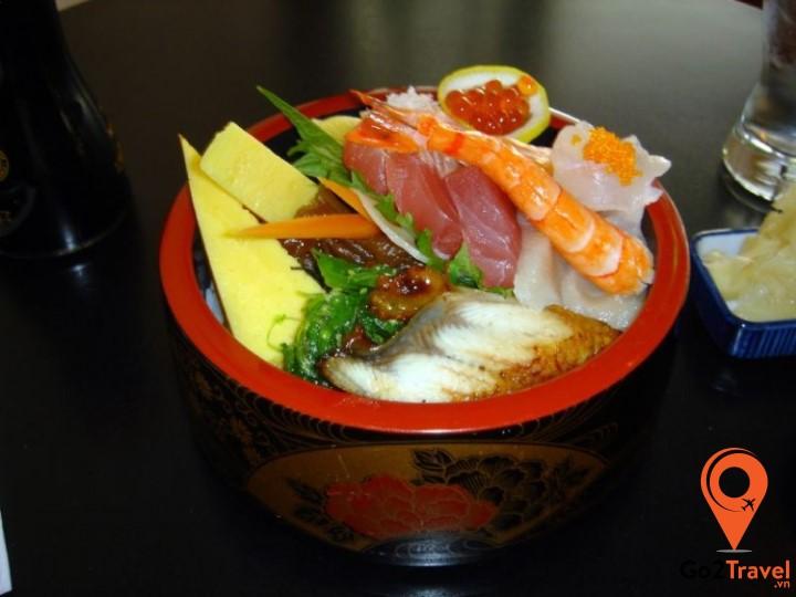 Chirashi zushi là loại sushi màu sắc rất sặc sỡ