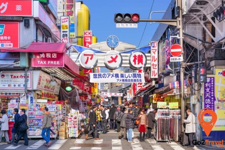 Phố Ameyoko nằm ở Ueno gần công viên Ueno và là nơi tuyệt vời để những người thích săn lùng hàng giá rẻ khám phá