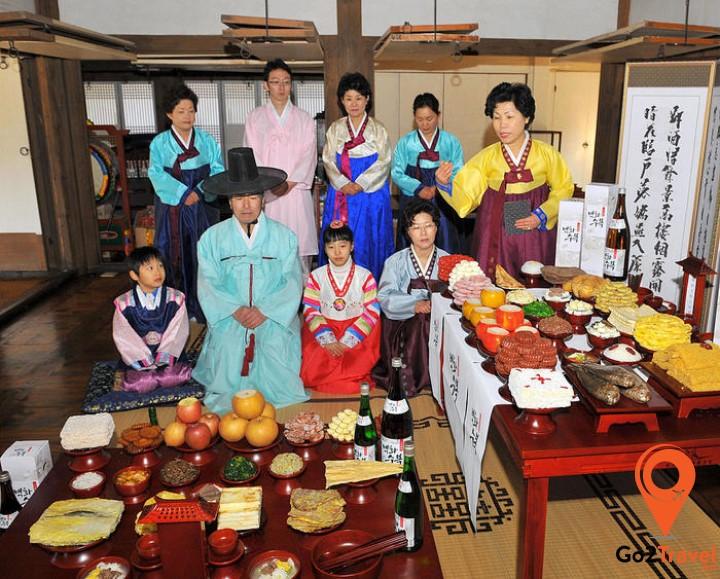 Cũng giống như những quốc gia châu Á khác, người Hàn Quốc cũng cúng bái tổ tiên và thăm hỏi người lớn tuổi trong nhà vào dịp Tết đến