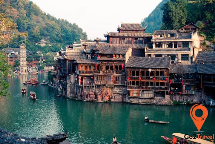 Đà Giang chảy ngang qua thị trấn từ Đông sang Tây, cung cấp nguồn nước cho người dân nơi đây rồi đổ vào sông Ô Giang