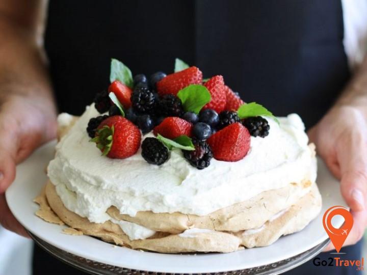 Chiếc bánh Pavlova mềm mịn và nhẹ như mây cùng với vị chua dịu của hoa quả sẽ khiến bạn ăn nhiều mà không ngán