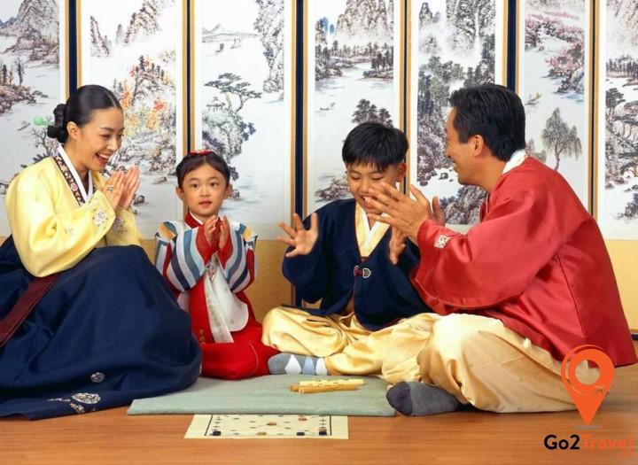 Thức xuyên đêm giao thừa quây quần bên nhau là một trong những phong tục đặc biệt của người Hàn