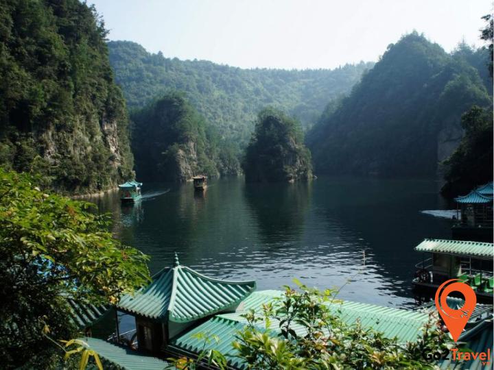 Nhìn từ trên cao, hồ trông giống viên ngọc bích khổng lồ bao quanh những ngọn núi vì vậy còn được gọi là hồ ngọc bích