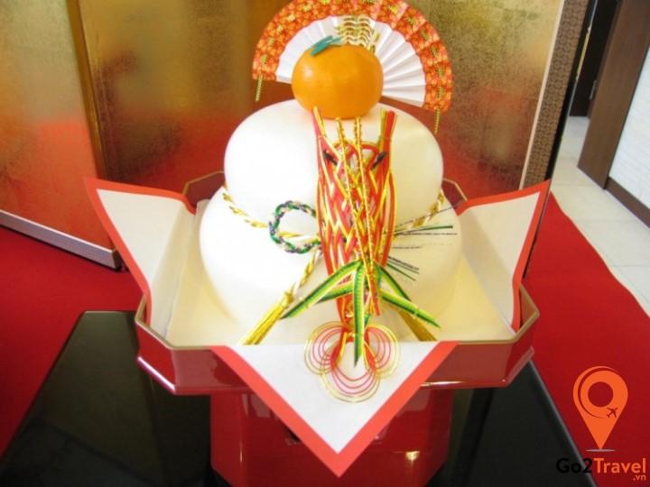 Kagami biraki là loại bánh dày mochi được dâng lên thần linh, thờ Phật vào ngày Tết