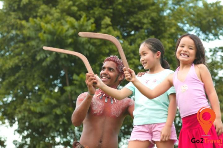 Hãy đến trung tâm Brisbane's Riverlife Adventure trải nghiệm ném Boomerang