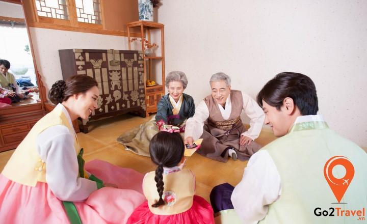 Đây là một nghi thức truyền thống thể hiện sự kính trọng sâu sắc của người trẻ dành cho những người lớn tuổi trong gia đình.