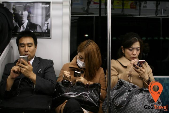 Hạn chế nói chuyện điện thoại trên tàu