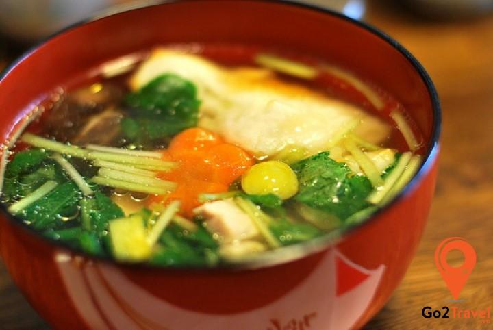 Zouni (hay o-zouni) là loại súp bánh dày mochi nấu với rau củ và cũng được ăn vào dịp Tết đầu năm với Osechi Ryouri