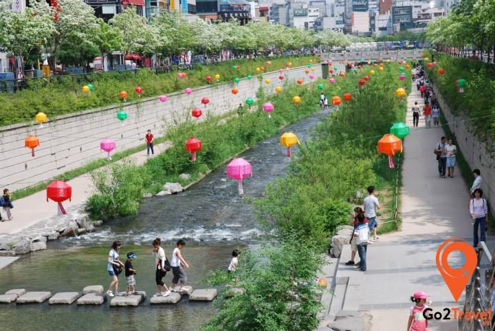 Suối Cheonggyecheon với khung cảnh thơ mộng.