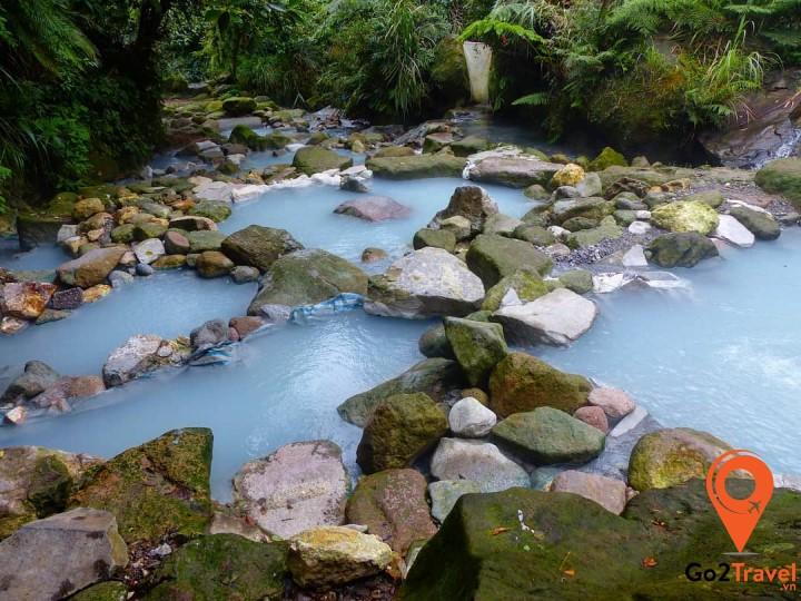 Suối nước nóng ở Dương Minh Sơn rất nhiều khoáng chất nên có màu như sữa
