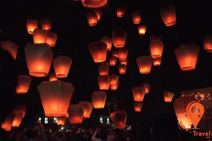 Khung cảnh hàng ngàn chiếc đèn trời lung linh trên bầu trời đêm