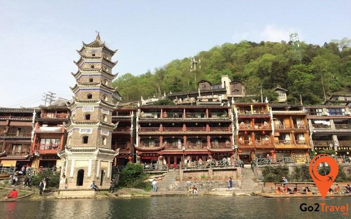 Tháp canh này nằm bên cạnh cổn thành phía Đông của Phượng Hoàng Cổ Trấn