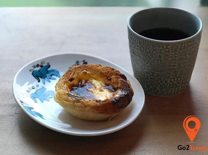 Ăn bánh và thưởng thức trà ô long