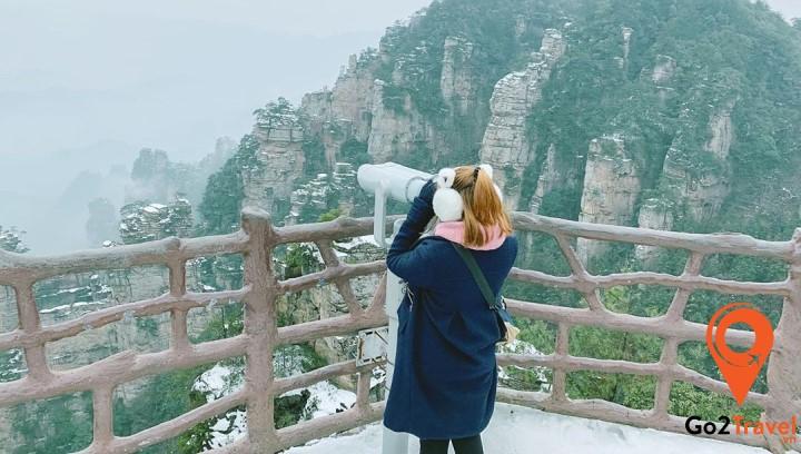 Mùa đông ở Phượng Hoàng Cổ Trấn có tuyết và cực lạnh nên bạn sẽ phải mặc đồ thật ấm áp đấy