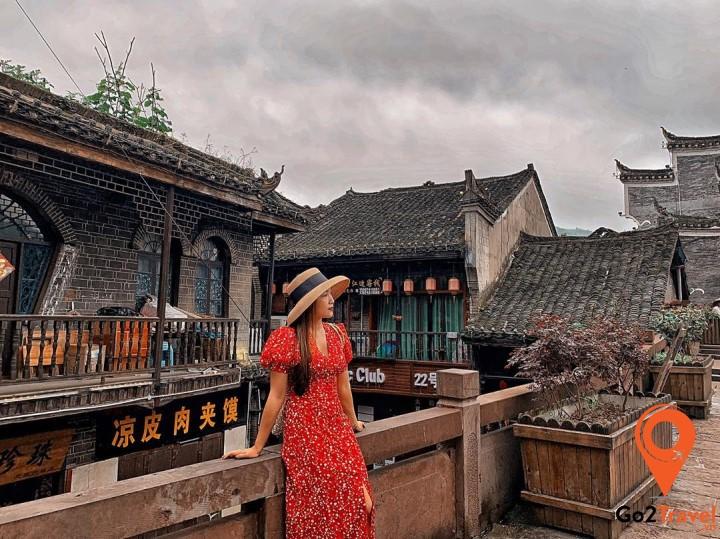 Những chiếc váy dài kiểu vintage là items hợp lý nhất để mặc ở Phượng Hoàng Cổ Trấn vào mùa hè