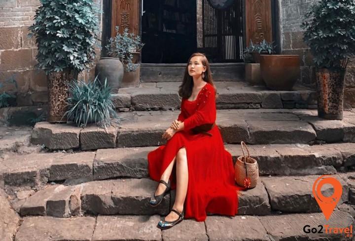 Vào mùa thu, bạn có thể diện những chiếc váy vintage với chất liệu dày dặn và ấm áp hơn một chút