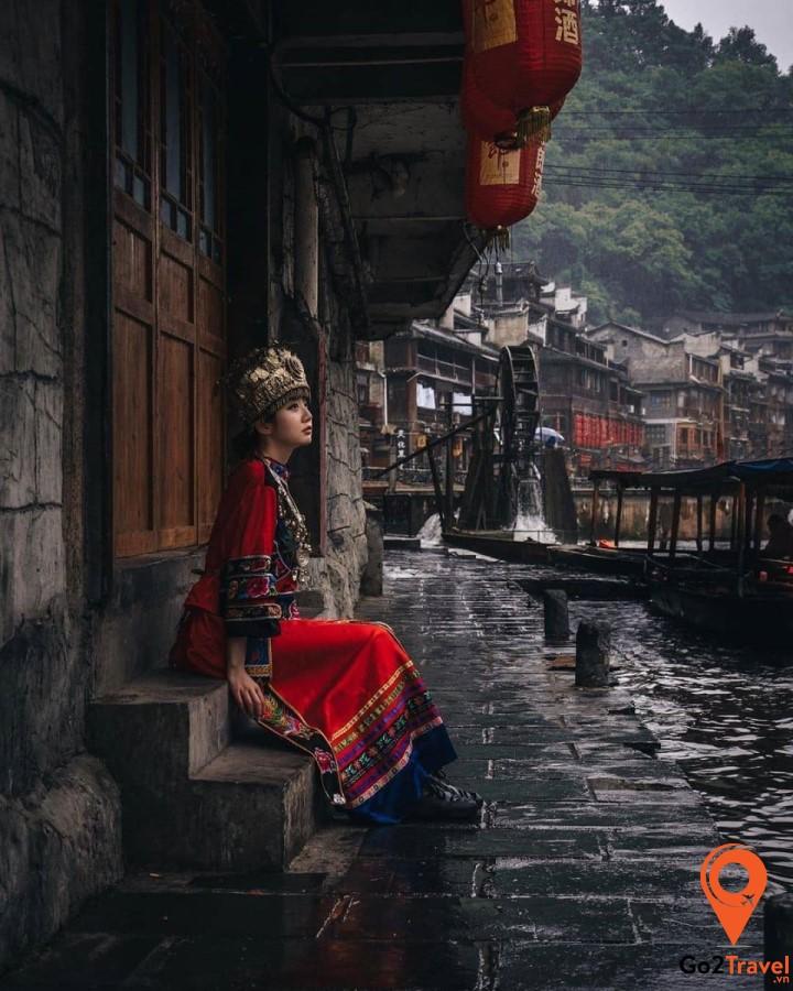 Trang phục của người Miêu ở Phượng Hoàng Cổ Trấn rất xinh và nổi bật