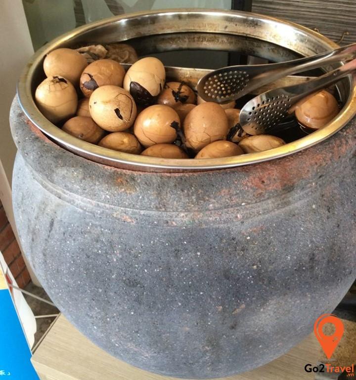 Trứng sắt hay trứng vịt bắc thảo là một món ăn nổi tiếng của Tamsui – Đài Loan