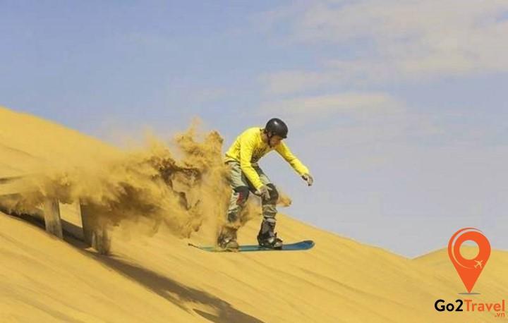 Trượt cát trên bãi cát Little Sahara tại đảo Kangaroo Island