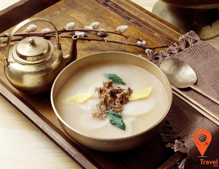 Theo quan niệm của người Hàn, nếu bạn ăn một bát canh bánh gạo tteokguk thì có nghĩa là bạn đã lớn thêm một tuổi.