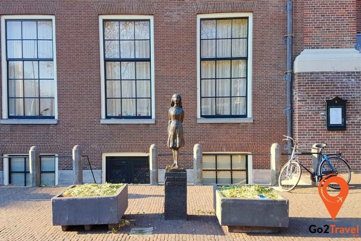 Bức tượng Anne Frank trước nhà thờ ngay cạnh nhà