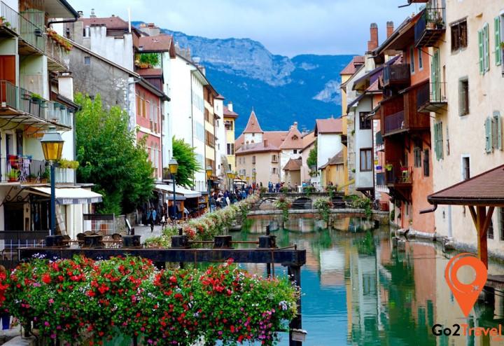 Thị trấn Annecy yên bình, cổ kính nằm e ấp giữa dãy núi, dọc theo bờ sông Thiou là một trong những điểm đến được ưa thích