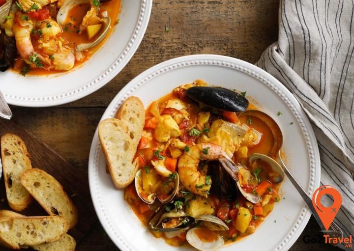 Bouillabaisse nấu với các loại thảo mộc đặc biệt như nghệ tây, tỏi, vỏ cam zest, lá nguyệt quế (bay leaf) và thì là (fennel) rất tốt cho sức khỏe
