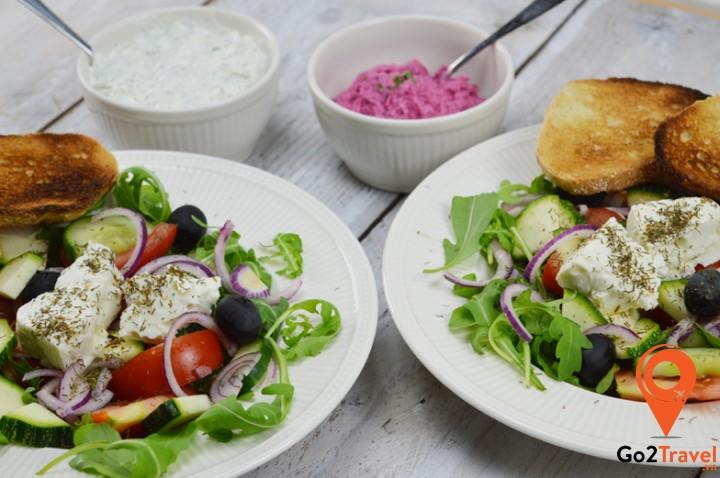 Dầu Olive cực kỳ phổ biến và là gia vị không thể thiếu trong rất nhiều món ngon của ẩm thực Hy Lạp.