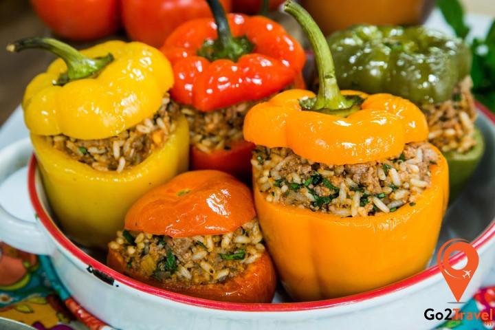 Gemista được người Hy Lạp chế biến theo cách dùng những quả ớt chuông đã bỏ nhân và nhồi cơm, thịt cùng gia vị vào