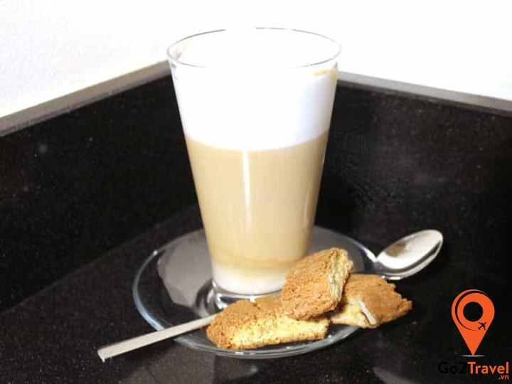 Món tráng miệng Koffie Verkeerd là một loại thức uống rất được người Hà Lan ưa chuộng