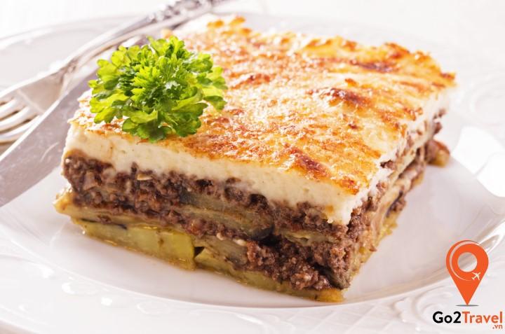 Moussaka là món ăn trứ danh này của Hy Lạp với nguyên liệu chính là thịt bò băm và phô mai