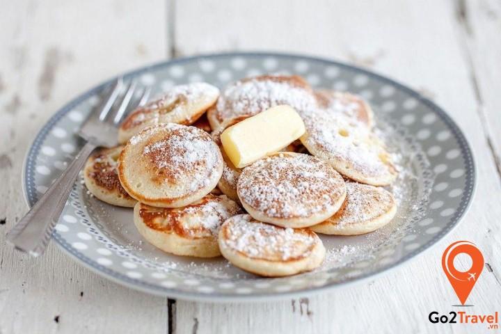 Poffertjes là một loại bánh được làm từ nấm me, đường, bột kiều mạch và bơ xay nhuyễn