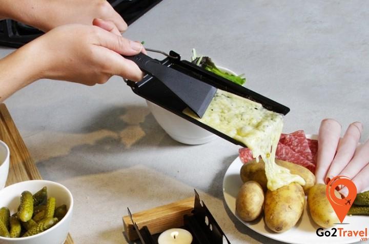 ừ phô mai, người Thụy Sĩ có thể chế biến thành nhiều món ăn khác nhau trong đó có món phô mai chảy vô cùng thơm ngon