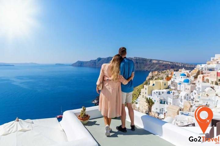 Santorini có khung cảnh xung quanh nên thơ pha lẫn chút thần bí, nằm giữa mênh mông biển cả