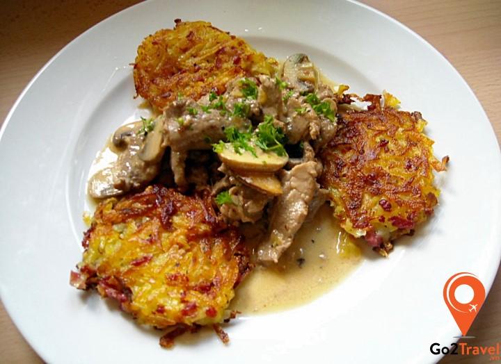 Món ăn này sẽ ngon hơn rất nhiều khi được ăn cùng với bánh khoai tây bào hoặc mì