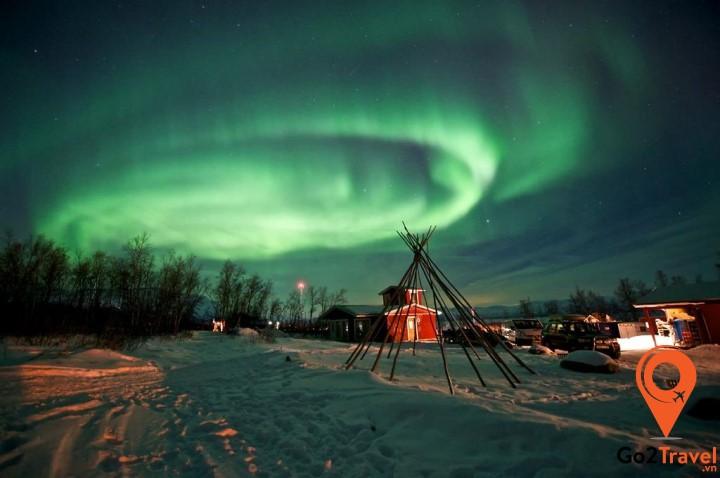Thời gian thích hợp để đi ngắm bắc cực quang ở Abisko là khoảng giữa tháng 9 và đầu tháng 4.