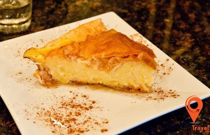 Bánh được nhồi nhân phô mai mặn béo ngậy và tan chảy khi nướng chín
