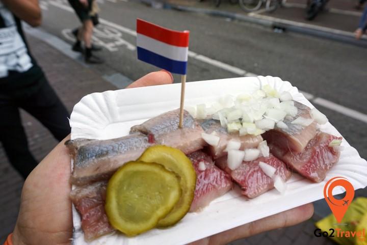 Món cá trích này độc đáo ở cách thưởng thức người ta thường cầm nguyên con dốc ngược cá rồi cho thẳng vào miệng.