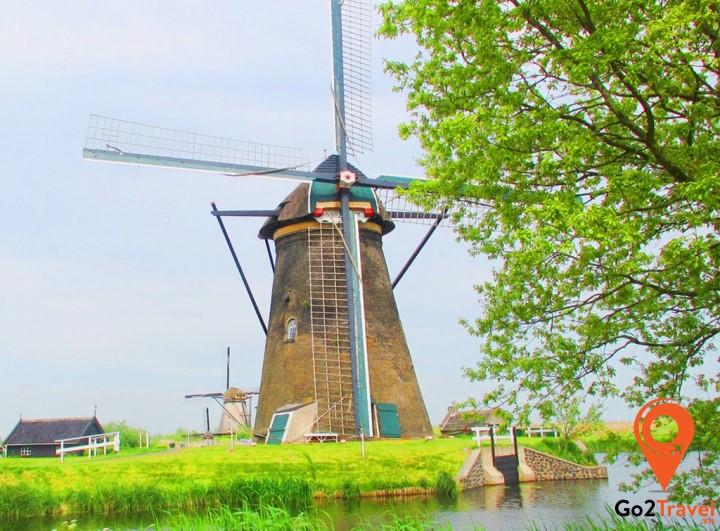 Những chiếc cối xay gió đầu tiên ra đời xuất phát từ nguyên do đất nước Hà Lan nằm dưới mực nước biển đến 30%.