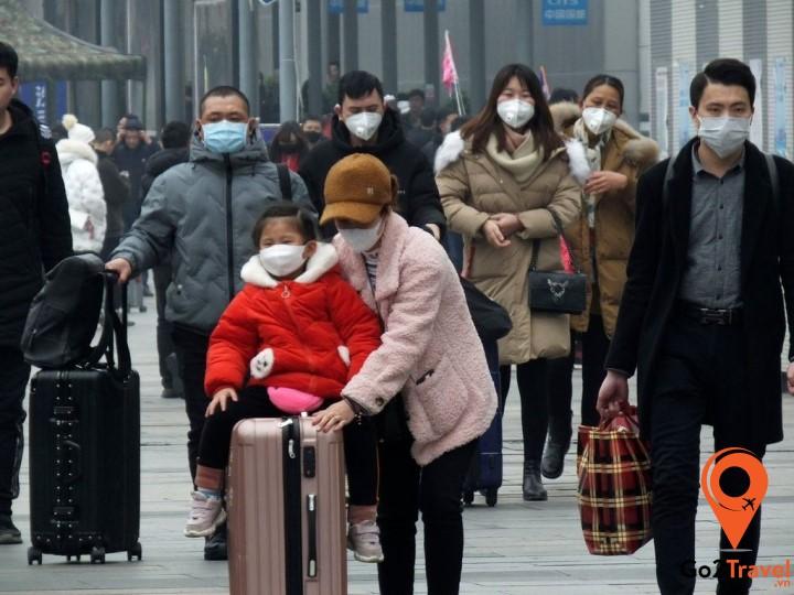 Đeo khẩu trang ở những nơi công cộng để tránh lây nhiễm