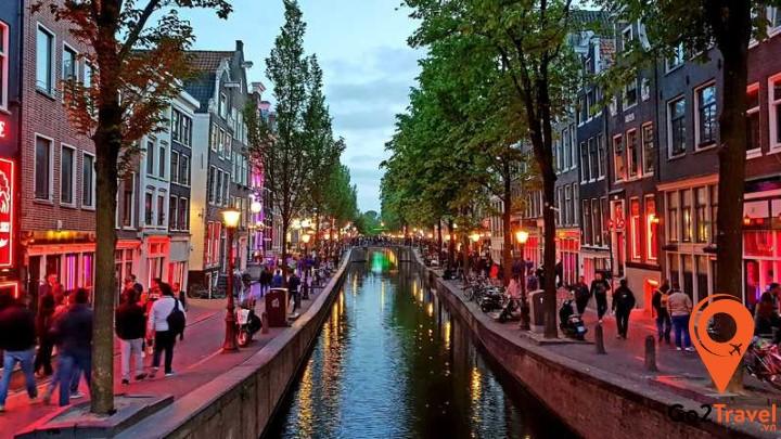 2 bên kênh đào ở Amsterdam san sát những ngôi nhà xinh xắn, được gọi là Dancing House. Vùng đất ở đây rất lầy dẫn đến hiện tượng nghiêng của các ngôi nhà đầy màu sắc.