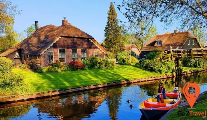 Giethoorn thuộc tỉnh Overijssel, Hà Lan. Cái tên Giethoorn (sừng dê) xuất phát từ khám phá của những cư dân đầu tiên đến từ Địa Trung Hải.