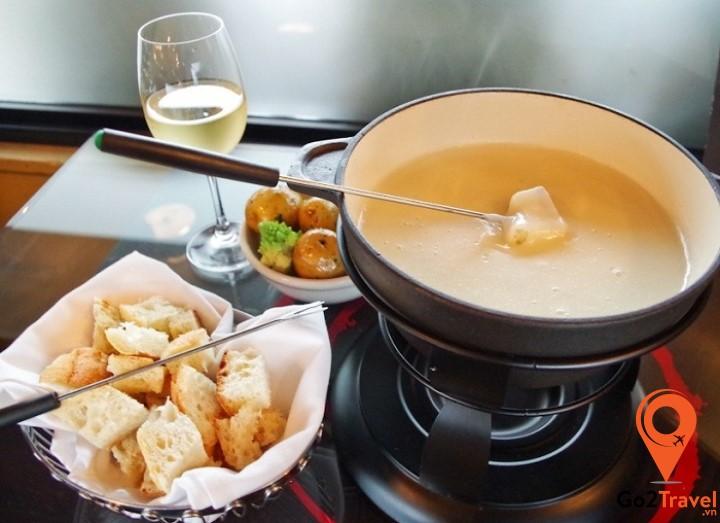 Lẩu là một món ăn khá phổ biến tại nhiều quốc gia trên thế giới tuy nhiên món lẩu phô mai có lẽ là một món lẩu độc nhất vô nhị chỉ có tại Thụy Sĩ